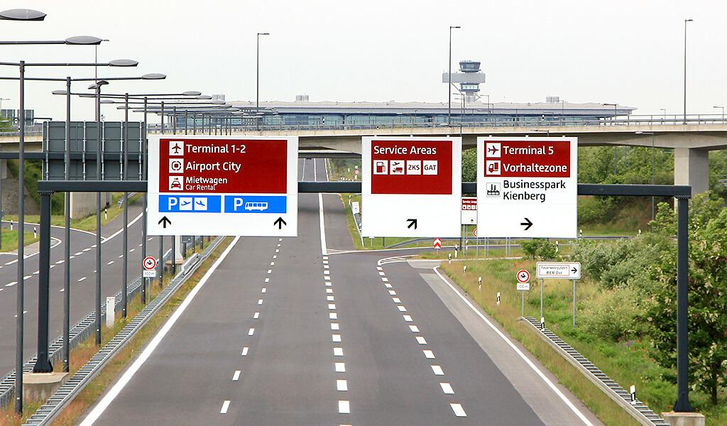 Kfz-Beschilderung für den Flughafen Berlin Brandenburg (BER)
